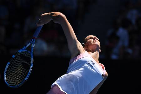 Karolina Pliskova, de la República Checa, sirve contra la estadounidense Serena Williams, en el Open de Australia, en Melbourne. · Foto: William West, AFP