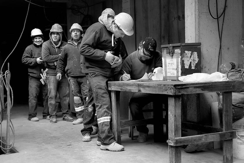 Trabajadores afiliados al SUNCA votan en una obra de Cordón. Foto: Pablo Nogueira
