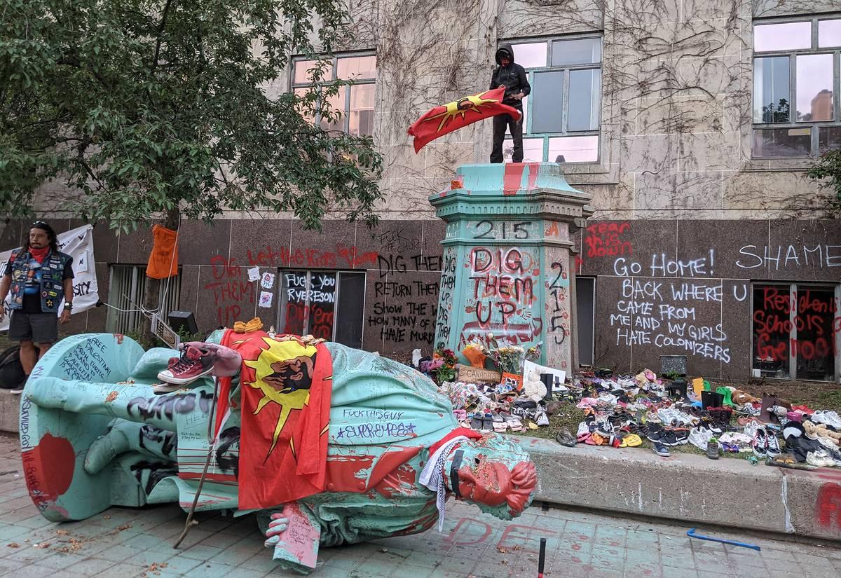 Canadá: manifestantes tiran abajo estatua de promotor de escuelas residenciales para niños indígenas   la diaria   Uruguay