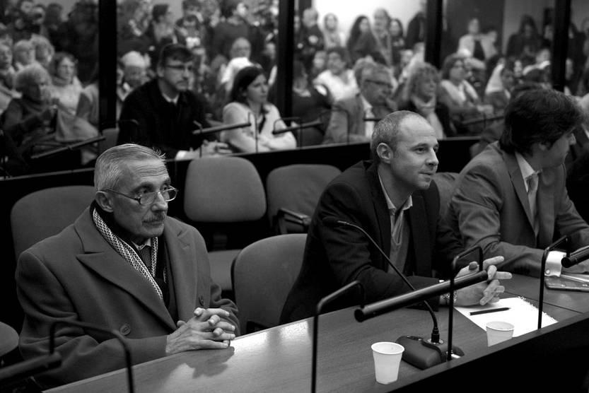El ex agente de inteligencia argentino Miguel Ángel Furci (i) mientras espera escuchar la sentencia a ser dictada por el tribunal en el juicio por la Operación Cóndor. Foto: Juan Mabromata, AFP