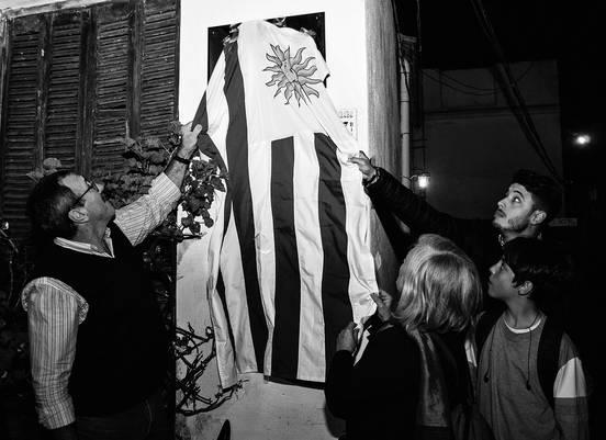 Horacio Raggio, Mónica Wodzislawski, su nieto Mauricio Ferreira, y Emiliano Galván, sobrino de Silvia Reyes, ayer en el homenaje a las Muchachas de Abril. / foto: Juan Manuel Ramos