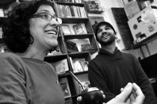 Natacha Ortega y Sebastián Rivero, integrantes del colectivo Gato Peludo.