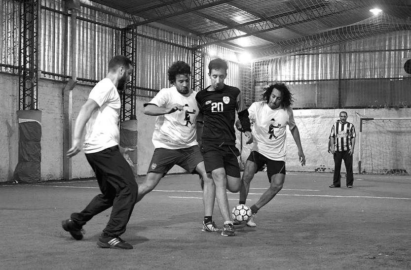 """Con un partido de fútbol entre escritores y libreros se presentó """"13 que cuentan"""""""