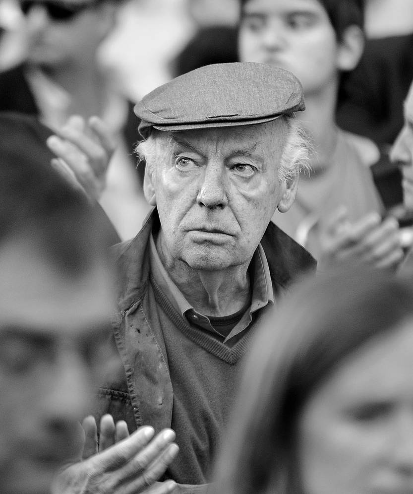 Eduardo Galeano en una movilización por los derechos humanos en la plaza Cagancha. Foto: Santiago Mazzarovich (archivo, febrero de 2013)