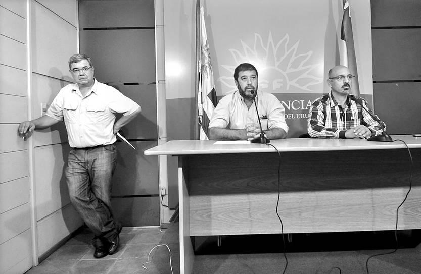 Milton Castellanos, Fernando Pereira y Marcelo Abdala, del PIT-CNT, en rueda de prensa luego de la reunión con Tabaré Vázquez, ayer, en la residencia de Suárez. Foto: Federico Gutiérrez