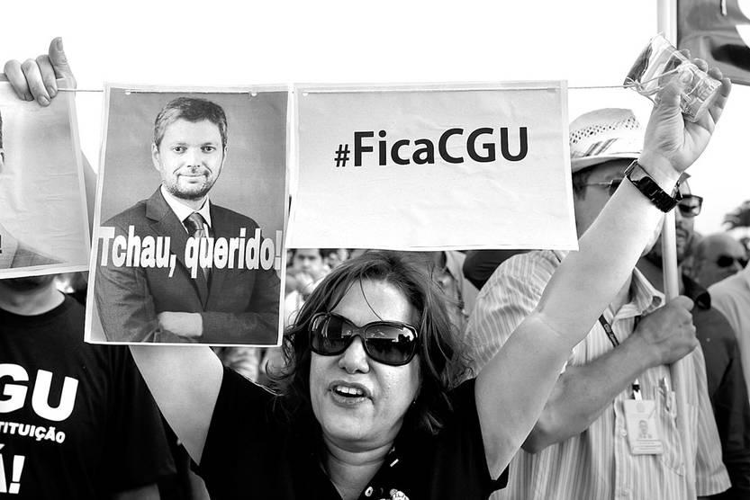 Manifestantes piden la destitución del ministro de Transparencia, Vigilancia y Control, Fabiano Silveira, ayer, frente al Palacio de Planalto, en Brasilia. Foto: Valter Campanato, Agência Brasil