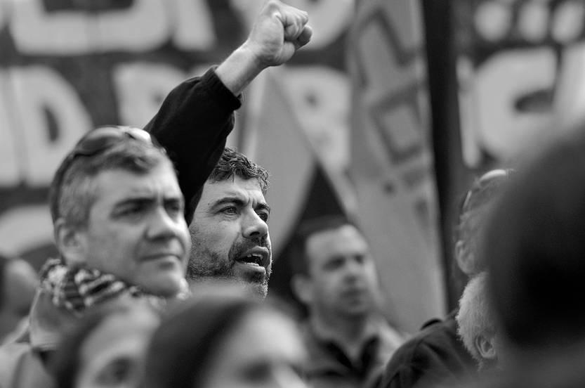 Óscar Andrade participa en la movilización de trabajadores, ayer, frente al Ministerio de Economía y Finanzas. Foto: Pablo Vignali
