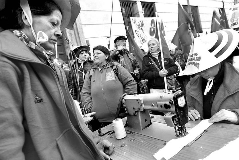 Trabajadoras del Sindicato Único de la Aguja durante la concentración del PIT-CNT, ayer, frente al Ministerio de Economía y Finanzas. Foto: Santiago Mazzarovich
