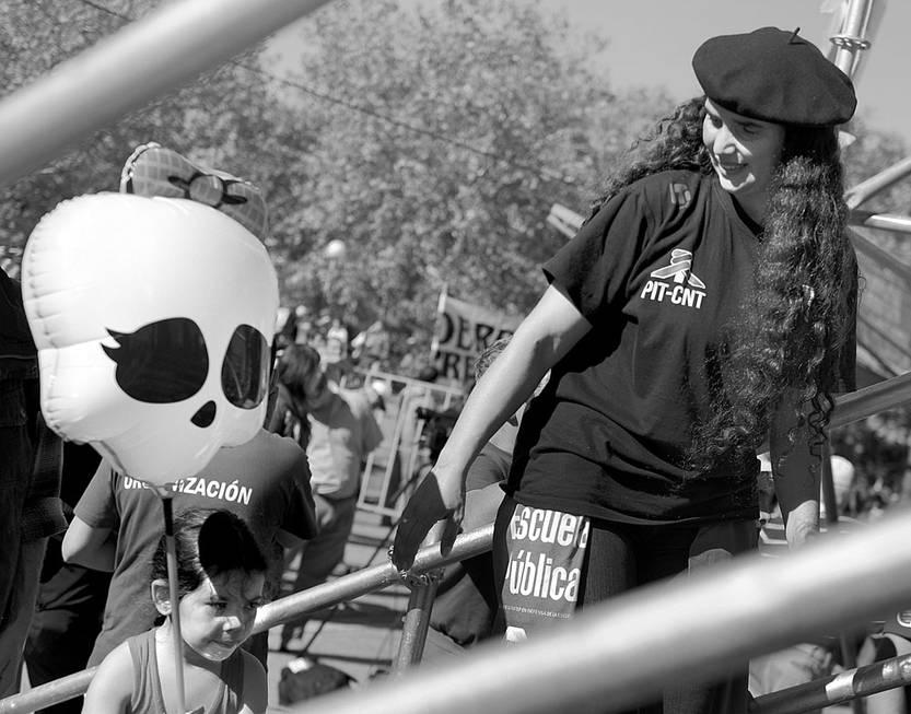 Fernanda Aguirre, dirigente del Sindicato Único Gastronómico y Hotelero del Uruguay, ayer, en el acto del PIT-CNT, en la plaza Mártires de Chicago. Foto: Pablo Vignali