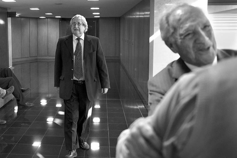 Raúl Iturria y Antonio Marchesano, antes de ingresar a la comisión investigadora sobre posibles actos ilegales de inteligencia del Estado, ayer, en el edificio anexo del Palacio Legislativo. Foto: Andrés Cuenca