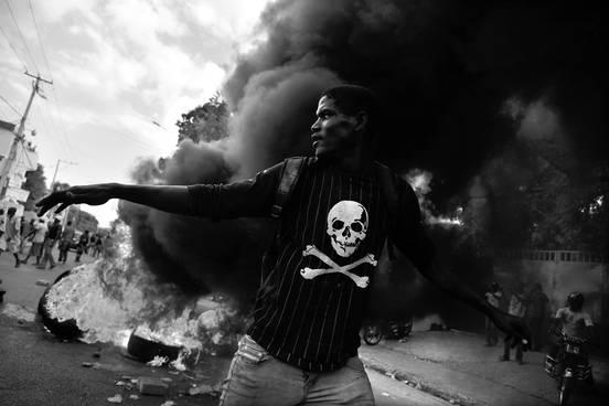 Protestas contra las elecciones presidenciales y para exigir la renuncia del presidente de Haití, Michel Martelly, el sábado, en Puerto Príncipe, Haití. Foto: Héctor Retamal, Afp