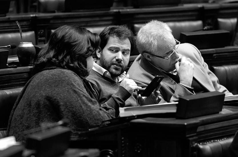 Gabriela Barreiro, Gonzalo Civila y Roberto Chiazzaro, del Frente Amplio, durante la sesión de ayer en la Cámara de Diputados. Foto: Pablo Vignali