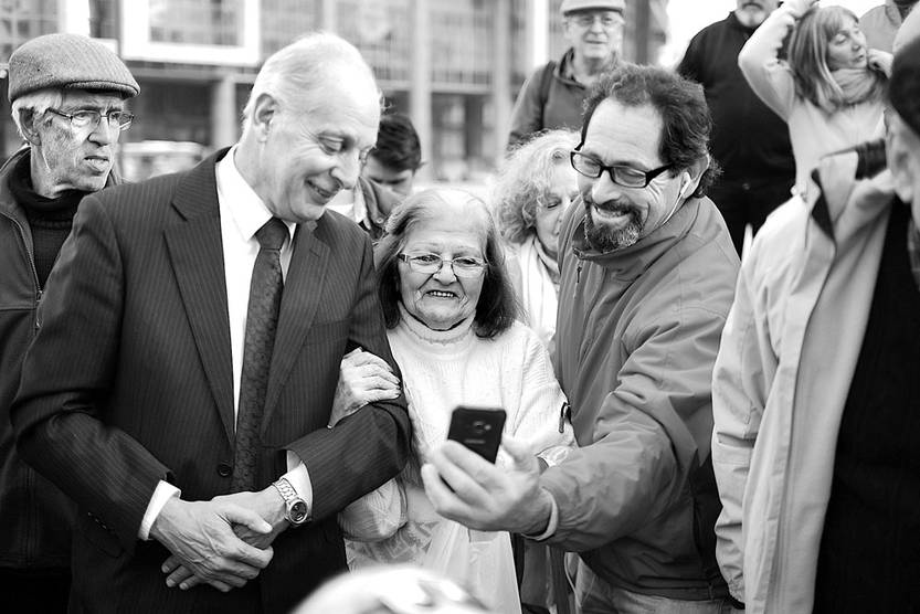Gustavo Salle (i) durante la recolección de firmas contra la bancarización. Foto: Pablo Vignali (archivo, junio de 2017)