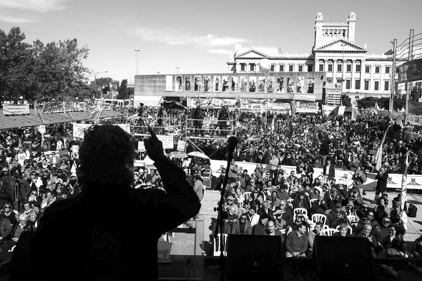 Daniel Diverio, ayer, durante su discurso en el acto en la plaza Mártires de Chicago. / Foto: Pablo Vignali