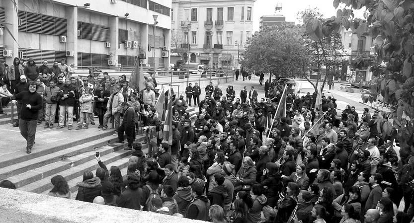 Movilización de trabajadores, ayer, frente al edificio central de OSE. Foto: s/d de Autor