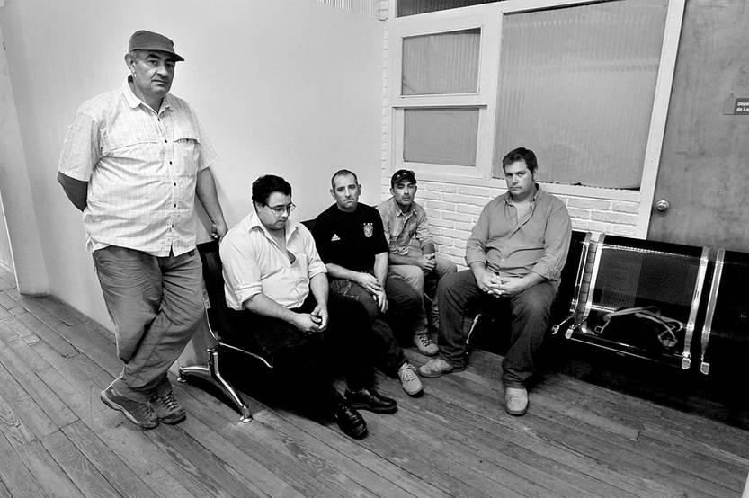 César Rodríguez, Richard Olivera, José Morales, Iván Vallejo y Marcelo Amaya, trabajadores de Arrozal 33, el viernes, en la Dirección Nacional de Trabajo. Foto: Federico Gutiérrez