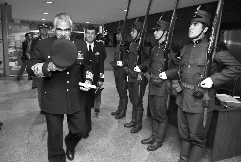 José Bonilla saliendo de la Escuela de Estrategia del Ejército. (archivo, noviembre de 2010)