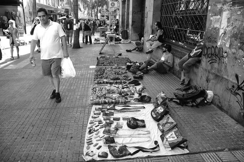 Puestos de venta de artesanías sobre la peatonal Sarandí, en la Ciudad Vieja. Foto: Juan Manuel Ramos