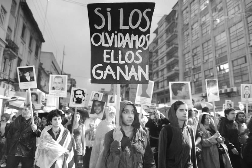 Marcha en repudio del robo de información en el local del Grupo de Investigación en Arqueología Forense. Foto: Santiago Mazzarovich (archivo, abril de 2016)