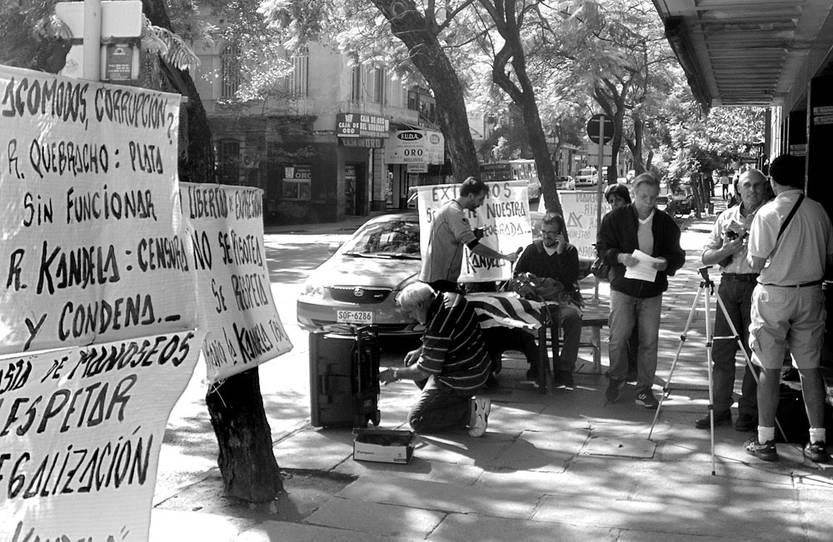 La radio comunitaria La Kandela hace un programa, ayer, frente a la Ursec. Foto: s/d de Autor
