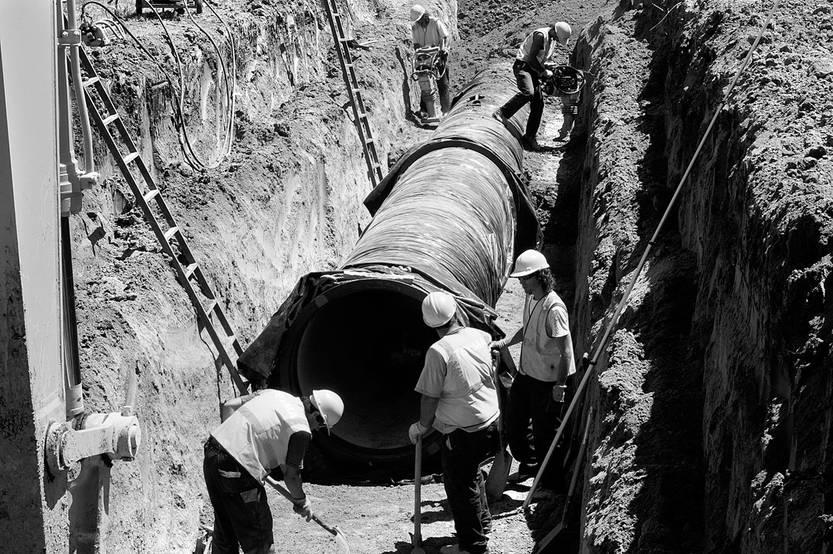 Trabajadores de OSE en Canelones. Foto: Ricardo Antúnez (archivo, noviembre de 2008)
