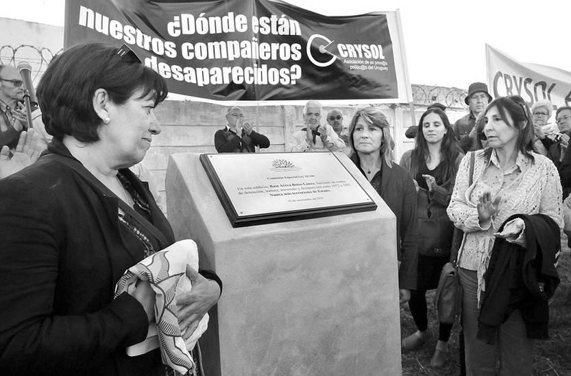 Loreley Sosa y Silvia Torresoni, el viernes, en el descubrimiento de la Placa de la Memoria en la Base Aérea Boiso Lanza. Foto: Federico Gutiérrez