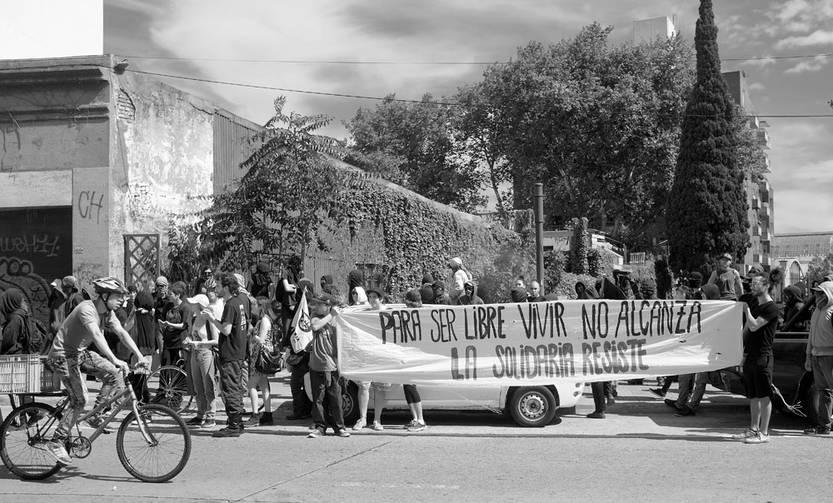 Concentración de integrantes de La Solidaria, en protesta por el desalojo, ayer, en Daniel Fernández Crespo. Foto: Pablo Vignali