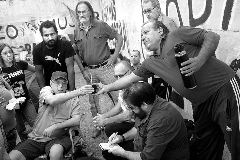 Trabajadores del grupo Seu Pedro Bandera Lima, ayer, frente al Palacio Legislativo. Foto: Pablo Vignali