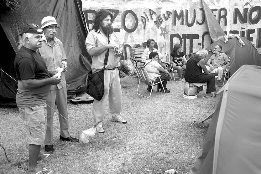 Trabajadores de la Colonia Eduardo Acevedo, de Artigas, acampan frente al Palacio Legislativo. Foto: Pablo Vignali