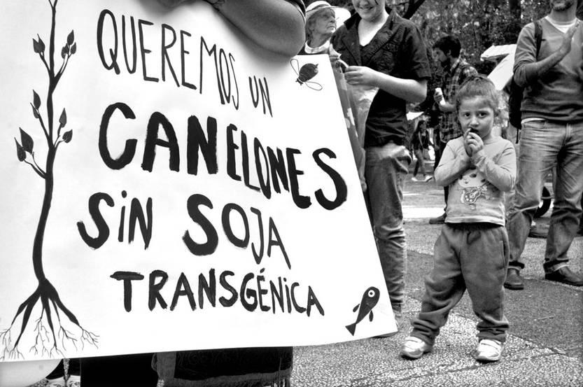 Entrega de firmas para prohibir la soja transgénica en el departamento de Canelones. Foto: Federico Gutiérrez (archivo, noviembre de 2016)
