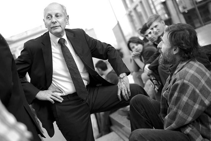 Gustavo Salle (i) y César Vega durante la recolección de firmas, ayer, en la plaza Independencia. Foto: Pablo Vignali