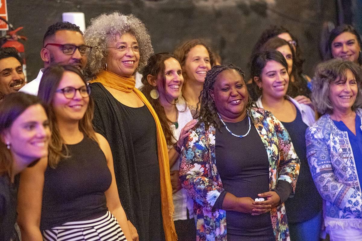 Angela Davis (c), en un almuerzo con trabajadores del MIDES y referentes de otras entidades, ayer, en el Museo del Carnaval.