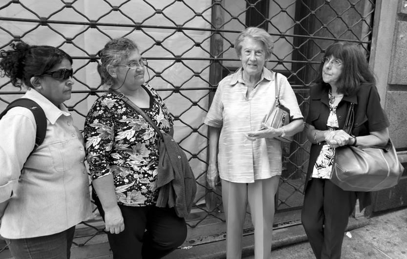 Susana Escudero, Margarita Lagos, Beatriz Benzano y Ana Amorós, ayer, en la puerta del juzgado.