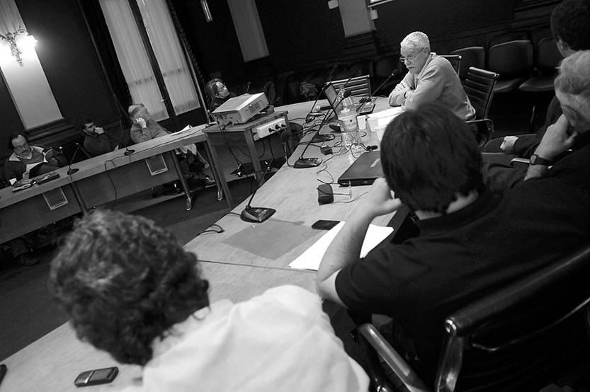 """Intervención de Alfredo Hernández, ayer, en """"Radiografía del Uruguay rural"""", en la sala Maggiolo de la Universidad de la República."""