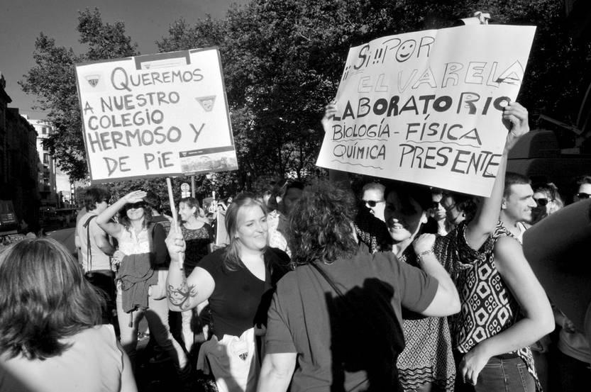 Docentes y padres frente al colegio José Pedro Varela. Foto: Federico Gutiérrez (archivo, enero de 2016)