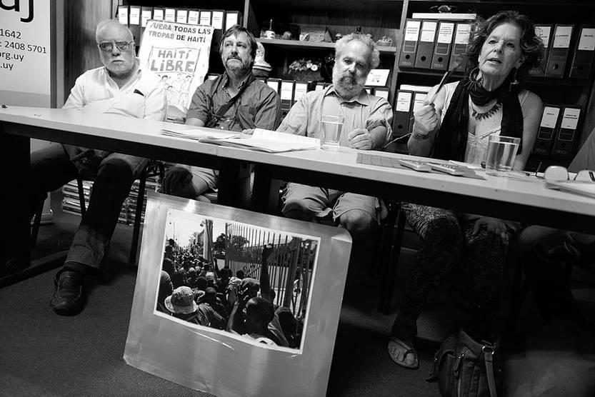 Efraín Olivera, Esteban Pérez, Andrés Olivetti y Mónica Riet en la conferencia de prensa de la Coordinadora por el Retiro de Tropas de Haití, ayer en la sede de Servicio Paz y Justicia. Foto: Santiago Mazzarovich