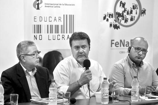Combertty Rodríguez, Angelo Gavrielatos y José Olivera, ayer, en la Asociación de la Prensa Uruguaya. Foto: Federico Gutiérrez