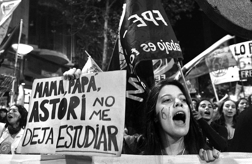 Marcha estudiantil, anoche, en 18 de Julio. Foto: Federico Gutiérrez