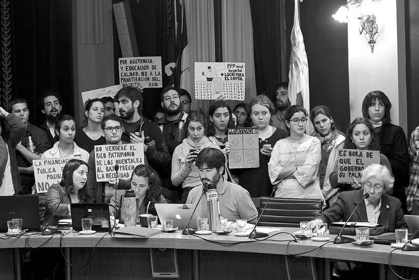 Manifestantes contra la PPP en el Hospital de Clínicas, ayer, en el Consejo Directivo Central de la Universidad de la República. Foto: Pablo Vignali