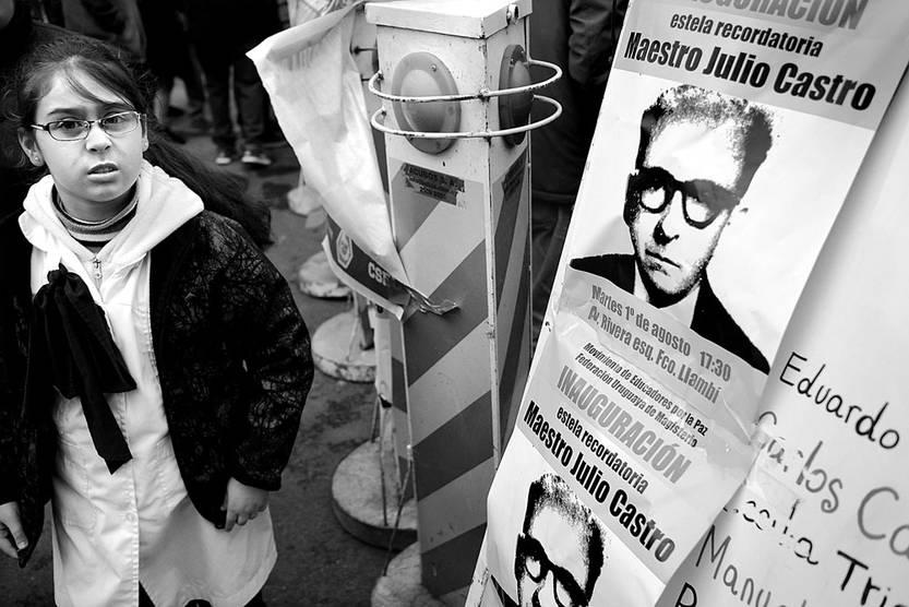 Homenaje al maestro Julio Castro, ayer, en Rivera y Francisco Llambí. Foto: Pablo Vignali