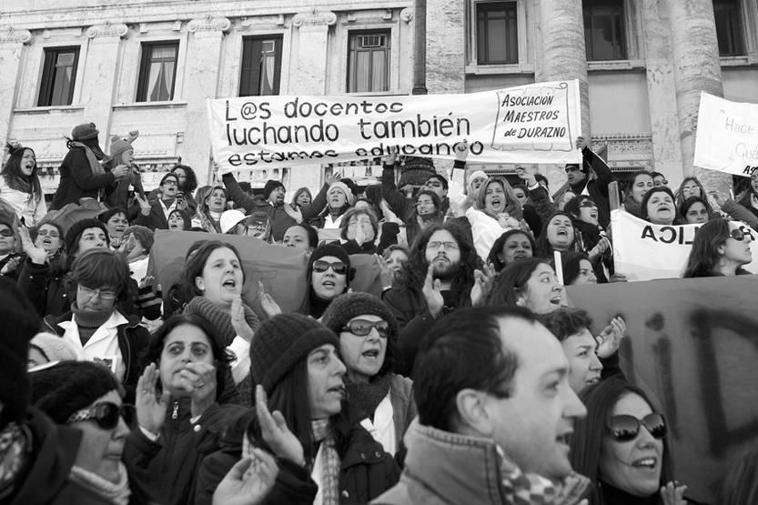 Trabajadores en el Palacio Legislativo durante la movilización convocada por el Pit – Cnt, en el marco del paro general parcial.