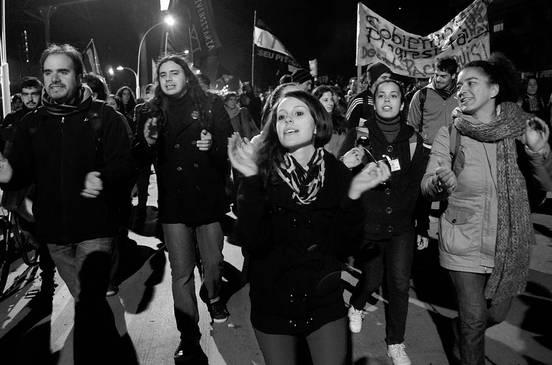 Marcha al Hospital Filtro, anoche, por Bulevar Artigas. Foto: Pablo Vignali