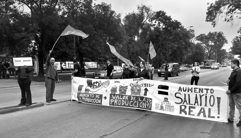 Trabajadores de Roemmers cortan Camino Maldonado, ayer, frente al laboratorio. Foto: Federico Gutiérrez