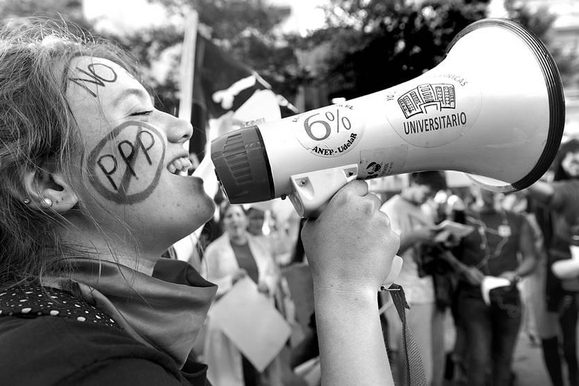 Movilización contra la participación público-privada en el Hospital de Clínicas. Foto: Santiago Mazzarovich (archivo, noviembre de 2016)