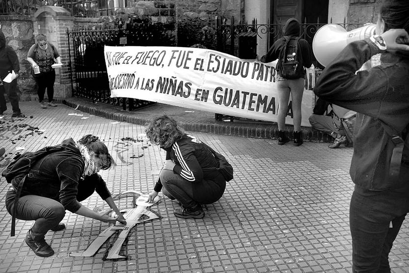 Movilización por las niñas muertas en Guatemala, ayer, en la embajada, en Montevideo. Foto: Pablo Vignali