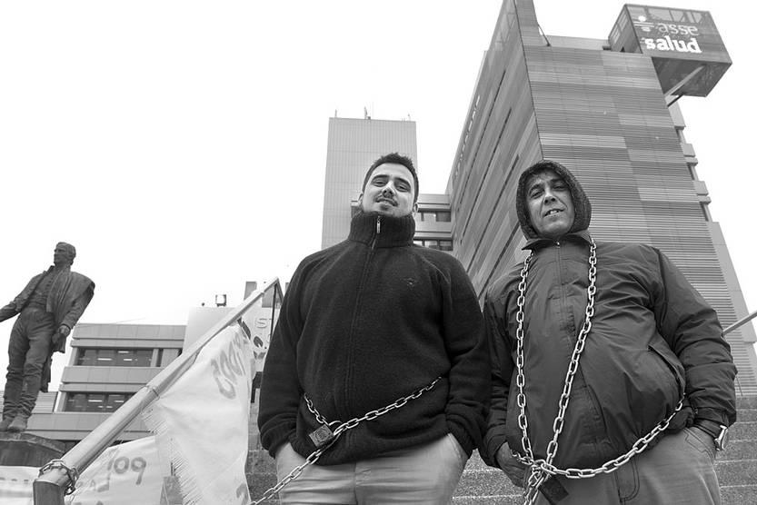 Pablo Silva y Daniel Umpiérrez, trabajadores de la salud, ayer, frente a la sede de la Administración de los Servicios de Salud del Estado. Foto: Andrés Cuenca