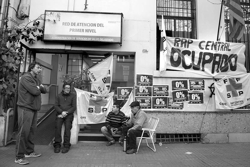 Ocupación del local de la Red de Atención del Primer Nivel, ayer, en la calle Cerro Largo. Foto: Andrés Cuenca