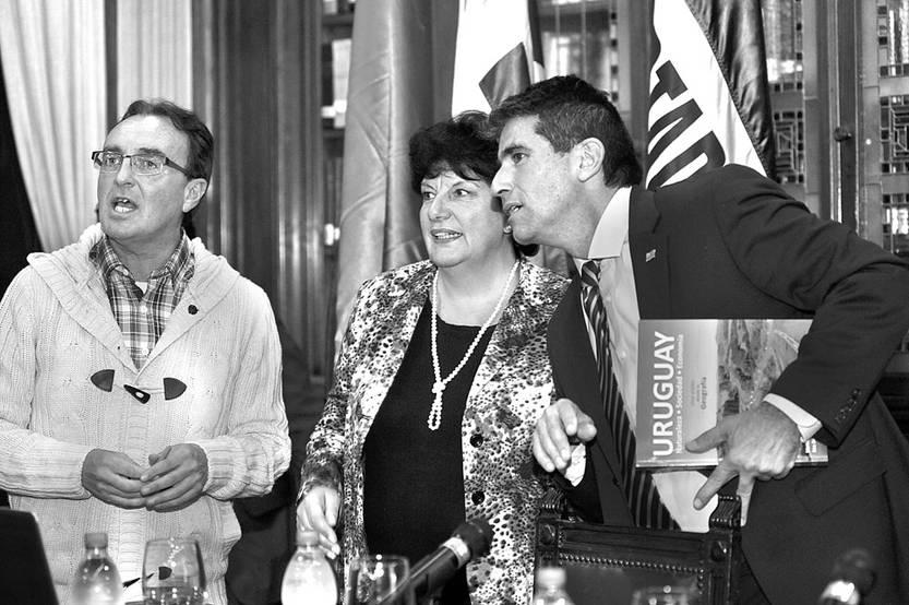 """Fernando Pesce, Ivonne Passada y Raúl Sendic, durante la presentación del libro: """"Uruguay, una visión desde la geografía, el jueves, en la Biblioteca Nacional. Foto: Federico Gutiérrez"""