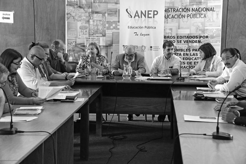 Representantes del gobierno y de los gremios de la enseñanza durante la firma del acuerdo salarial, el 21 de diciembre, en el salón de actos del Consejo Directivo Central. Foto: Alvaro Salas, Presidencia