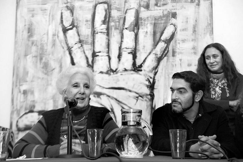 Estela de Carlotto presidenta de Abuelas de Plaza de Mayo y José Luis Maulin Pratto nieto 120 encontrado, durante una rueda de prensa, el miércoles en Buenos Aires. / foto: raúl ferrari, afp